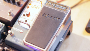 Sonuus Voluum effects pedal on a pedal board